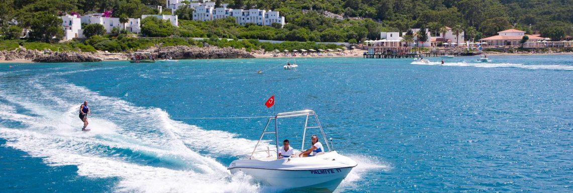 Club Med Kemer, en Turquie - Deux personnes faisant un tour de bateau dans les côtes méditerranéennes