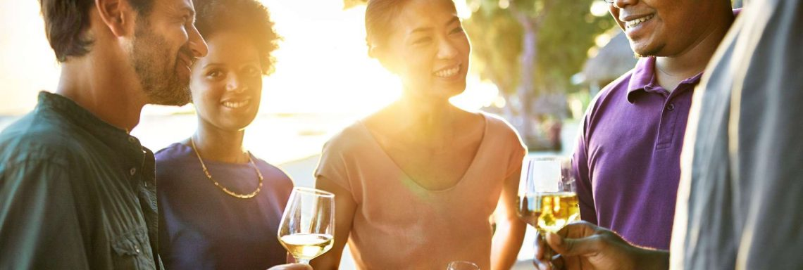 Club Med Kemer, en Turquie - Quatre personnes discutes un verre à la main