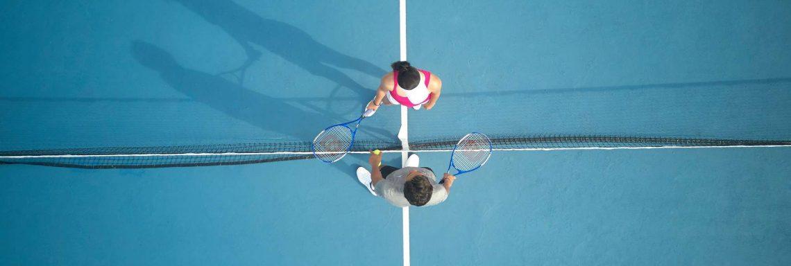 Club Med Kemer, en Turquie - Deux personnes échangent quelques paroles sur un court de tennis