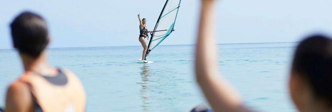 Club Med Kemer, en Turquie - Un homme fait de la planche à voile à distance du groupe