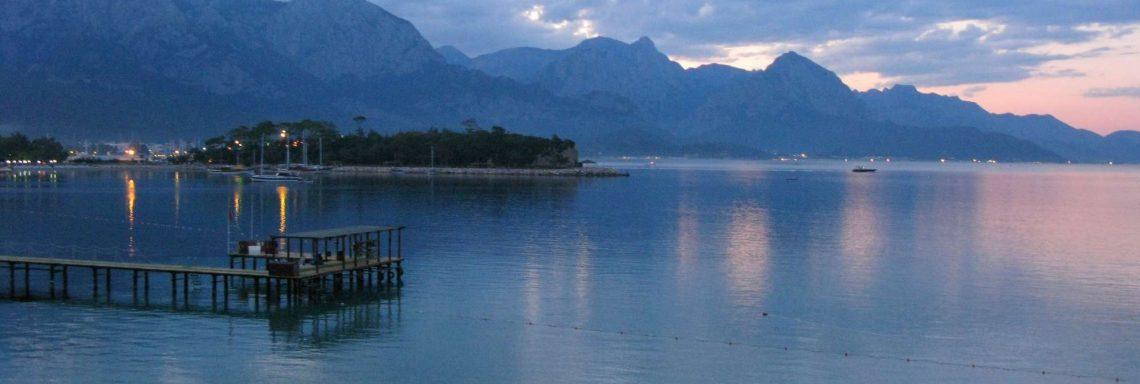 Club Med Kemer, en Turquie - Vue aérienne de la mer et des monts Taurus
