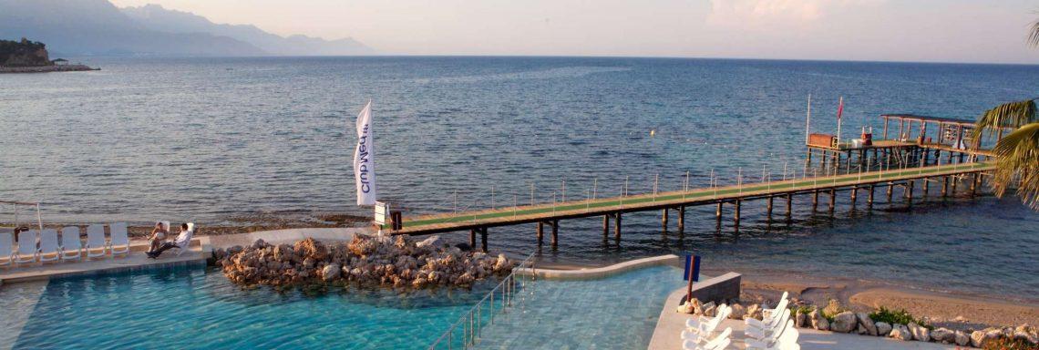 Club Med Kemer, en Turquie - Piscine situé au dessus de la plage au sable blanc
