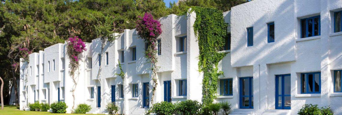 Club Med Kemer, en Turquie - Vue extérieure des habitations blanches du domaine