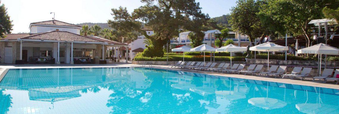 Club Med Kemer, en Turquie - Image de transats autour d'une piscine
