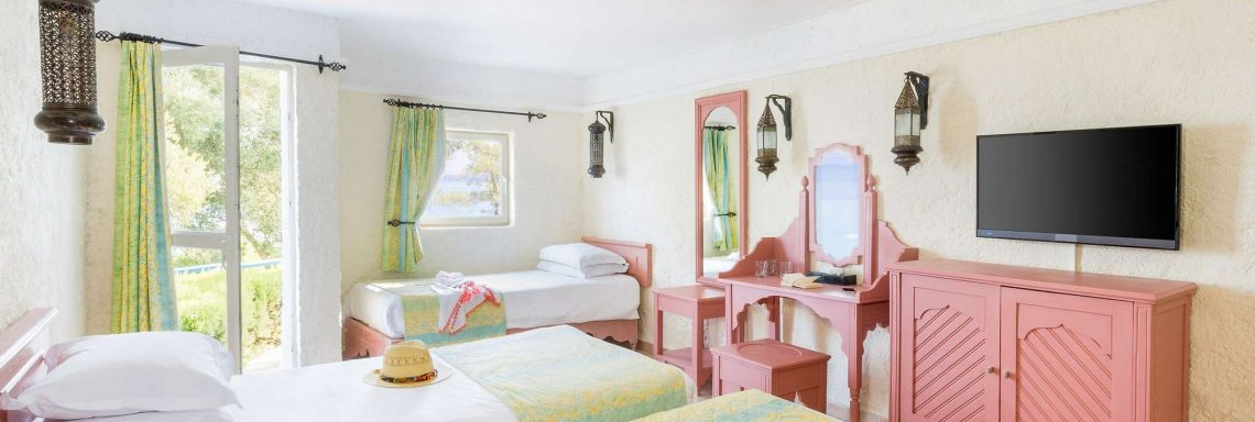 Club Med Kemer, en Turquie - Vue d'une chambre dans un bungalow aux couleurs vives.