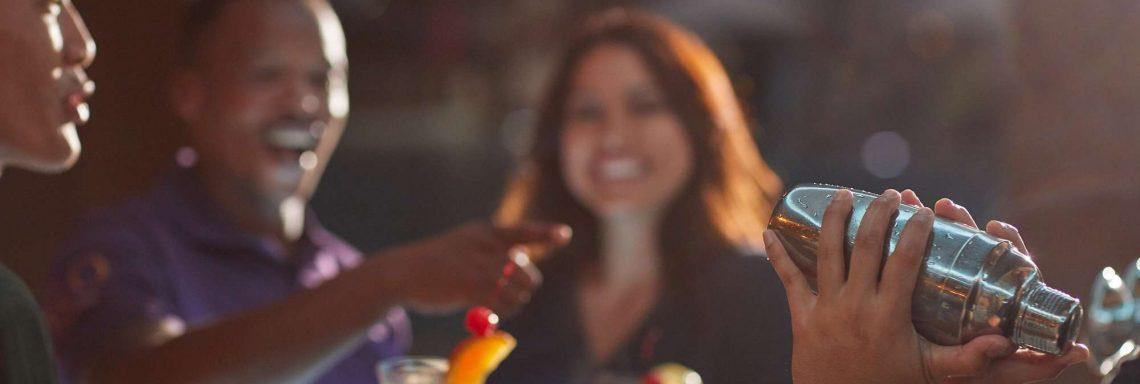 Club Med Kemer, en Turquie - Des personnes discutent autour d'un verre dans le night club du village, en soirée