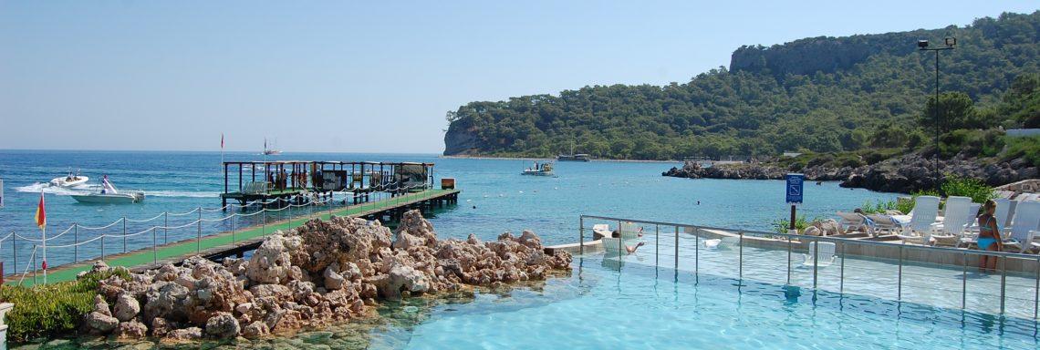 Club Med Kemer, en Turquie - Vue en biais d'un bassin d'eau de mer avec bateau au loin