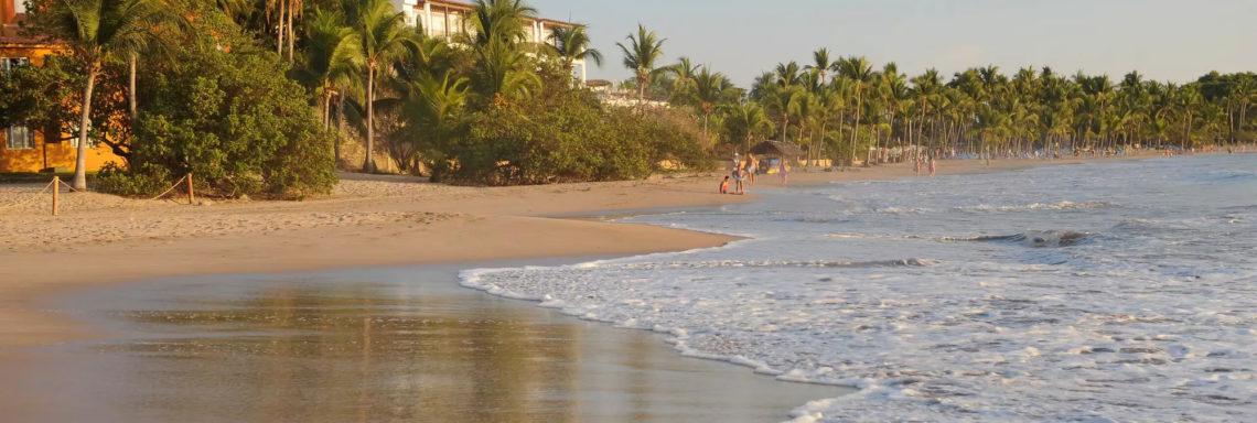 Club Med  Ixtapa Pacific, Mexique - Vue de la plage entourant le complexe au couché de soleil