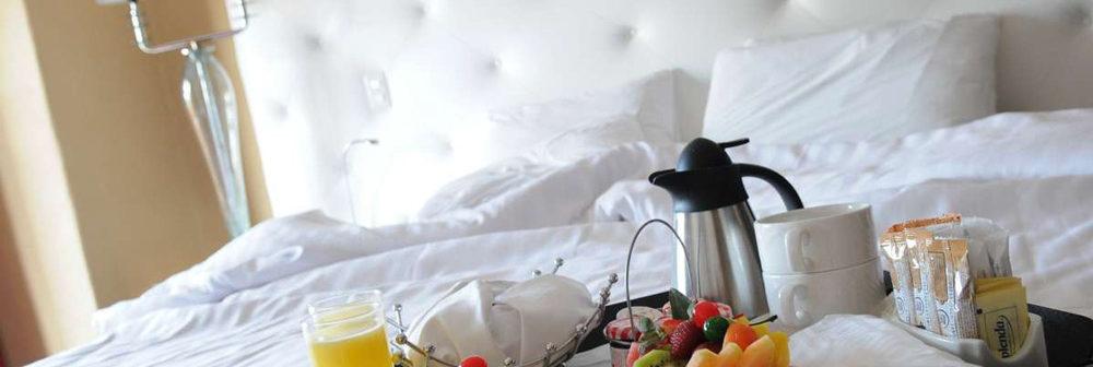 Club Med  Ixtapa Pacific, Mexique - Un petit déjeuner est déposé sur un lit blanc, avec café