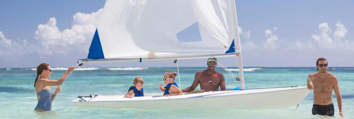 Club Med Punta Cana, en République Dominicaine - Une famille vient de terminer une activité de planche à voile dans la mer