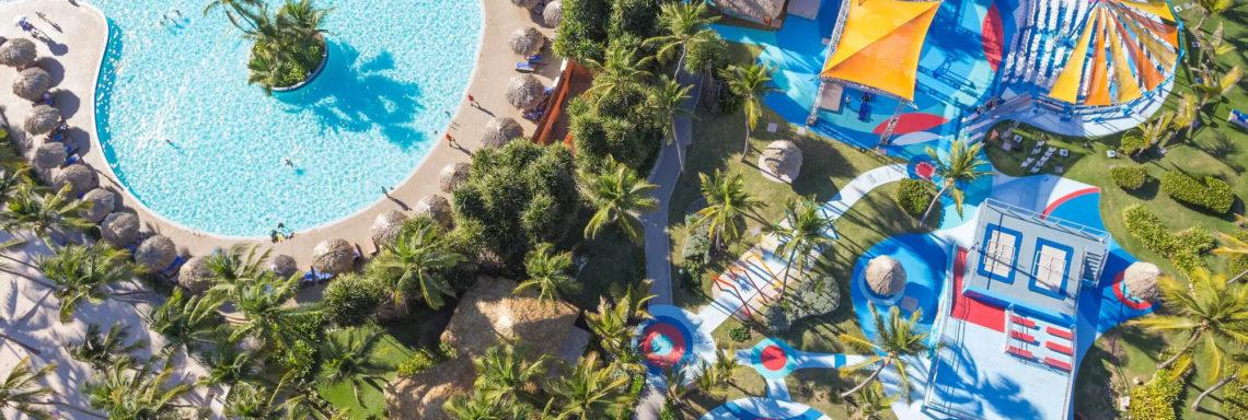 Club Med Punta Cana, en République Dominicaine - Image aérienne de la piscine du complexe et de l'école de cirque