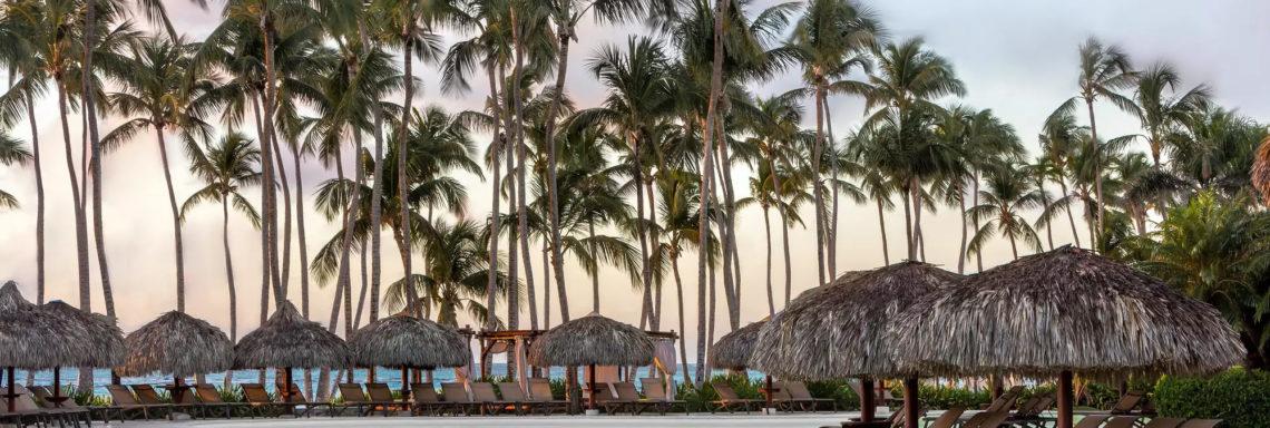 Club Med Punta Cana, en République Dominicaine - Image au coucher de soleil d'une piscine et de ses cabanas