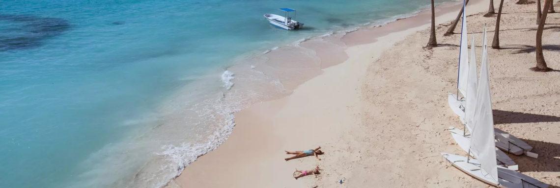 Club Med Punta Cana, en République Dominicaine - Des personnes profites du soleil couchés sur la plage