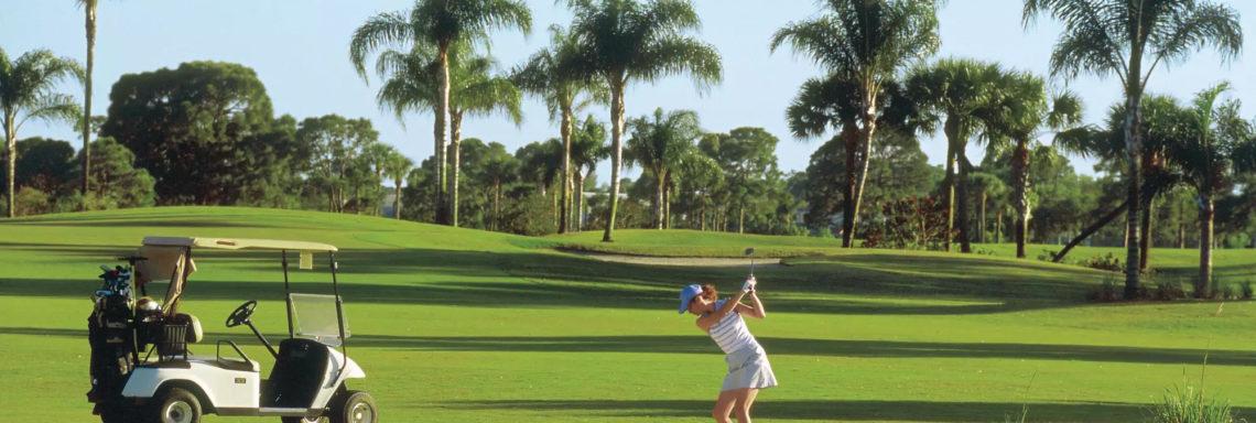 Club Med Sandpiper Bay, Floride-Vue d'une golfeuse sur le court, sur le point de frapper sa balle