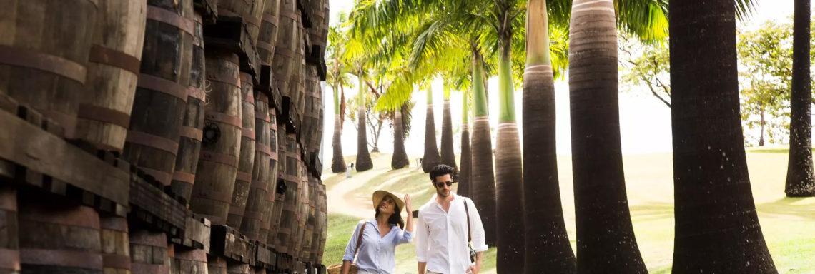 Un couple profite de leurs excursions pour voir la sélection de vins offerts au Club Med