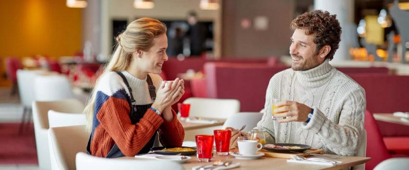 Club Med Arcs Panorama, en France - Un couple profite d'un moment de détente dans l'un des restaurants du complexe