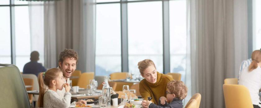 Club Med Arcs Panorama, en France - Une famille déguste un repas au restaurant Family Experience