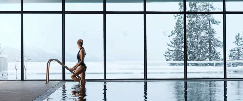 Club Med Arcs Panorama, en France - Vue d'une femme utilisant l'une des piscines intérieures chauffées du complexe