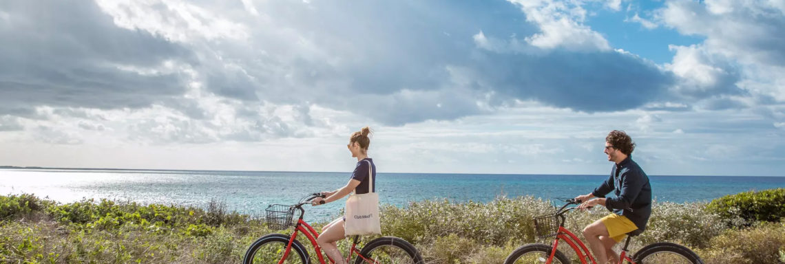 Club Med Columbus Isle, au Bahamas - Un couple en excursion, fait du vélo sur le bord des rocheuses