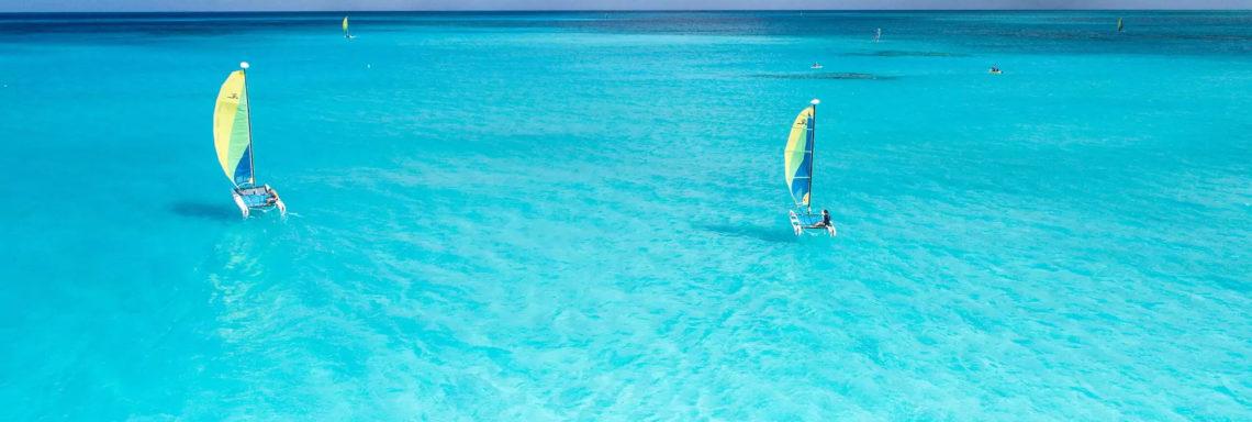Club Med Columbus Isle, au Bahamas - Un groupe de personnes, pratique une activité de voile en pleine mer