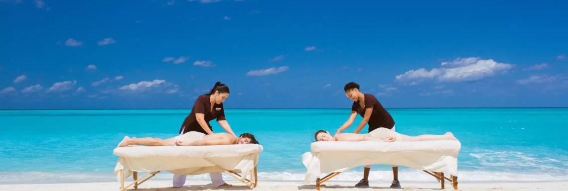 Club Med Columbus Isle, au Bahamas - Un couple profite d'une séance de massage, sur le bord de la mer