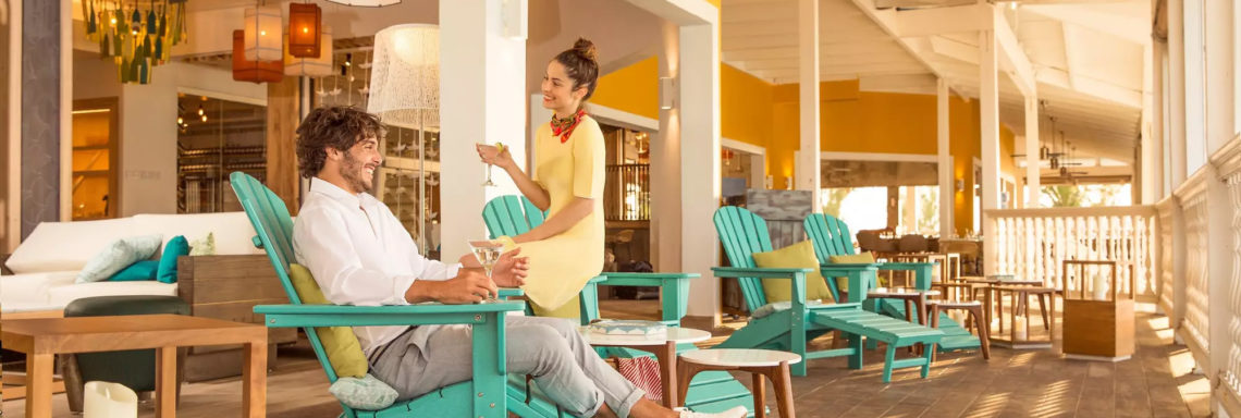 Club Med Columbus Isle, au Bahamas - Un couple profite d'une des terrasses extérieures du complexe