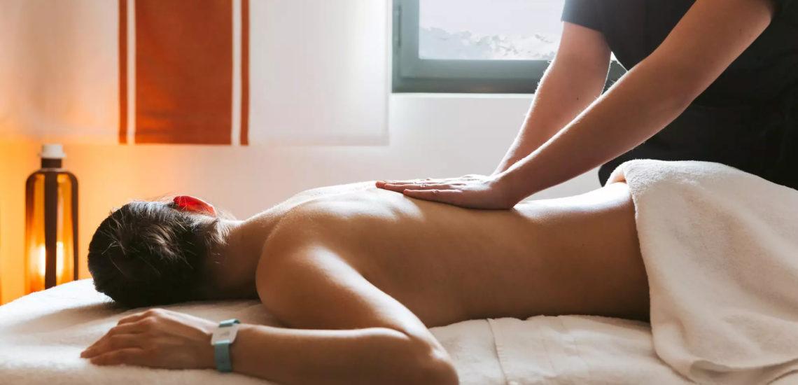 Club Med La Plagne 2100, France - Image d'une femme couchée sur une table de massage, profitant du soin qu'elle reçoit