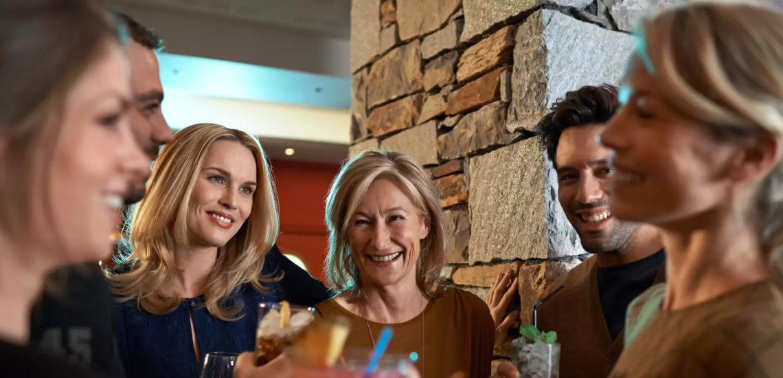 Club Med Peisey - Vallandry, en France - Une famille complète ricane autour d'un verre
