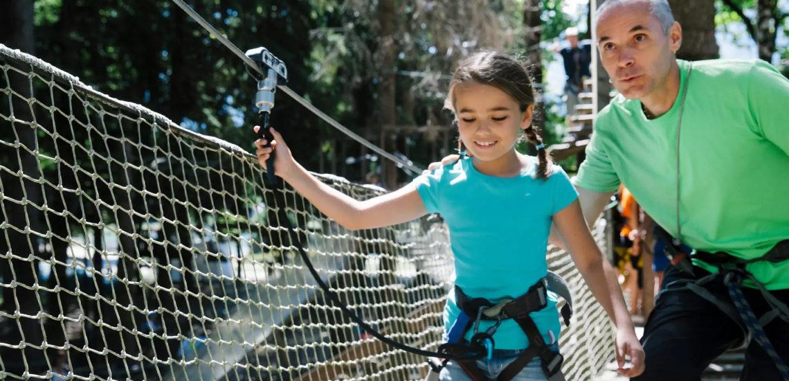 Club Med Samoëns, en France - Une jeune fille et son G.M, pratique un des sports de grimpe offert par Club Med