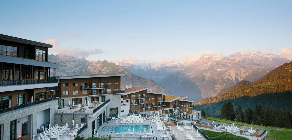 Club Med Samoëns, en France - Vue en aérienne, en biais, du complexe et de sa piscine