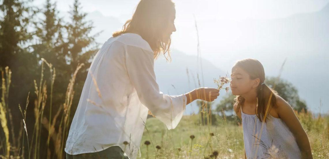 Club Med Samoëns, en France - Une mère et sa fille, dans un champs sentant des fleurs