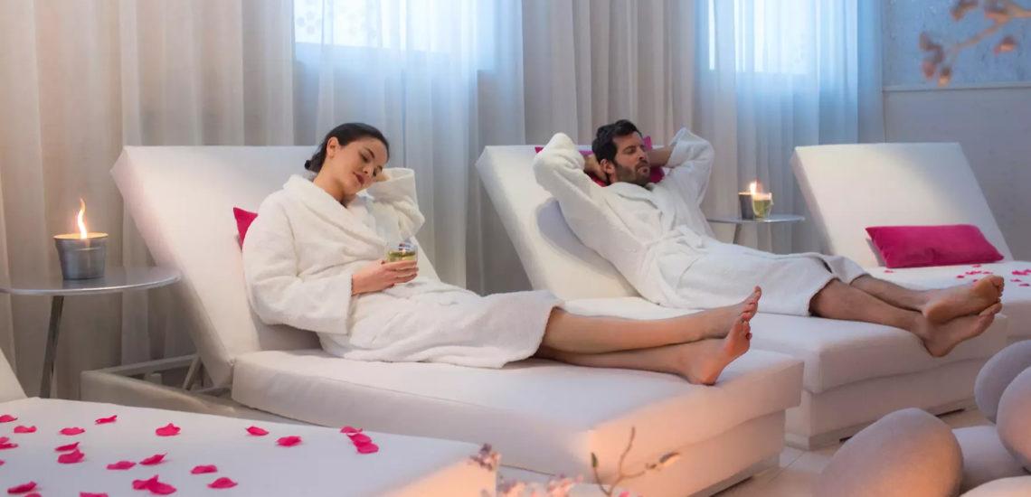 Club Med Val Thorens Sensations, France - Un couple se prélasse à l'intérieur du complexe, après avoir reçu un soin au Spa Carita