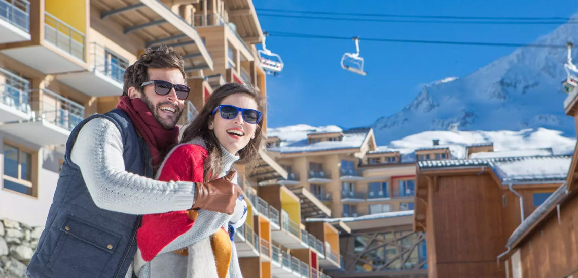 Club Med Val Thorens Sensations, France - Image d'un couple, souriant, devant le complexe central