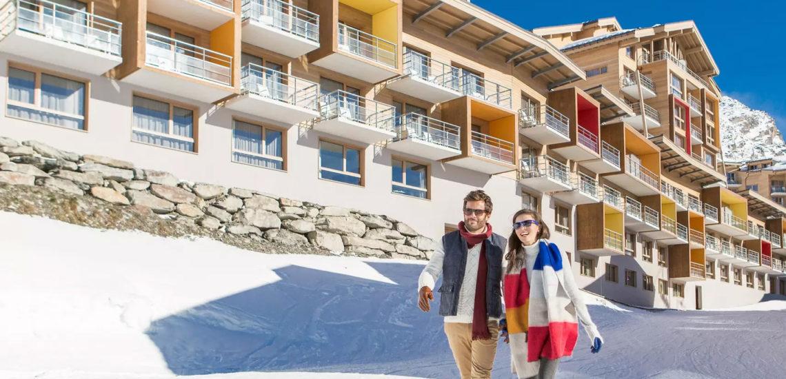 Club Med Val Thorens Sensations, France - Un couple prend une marche de santé, sur les sentiers entourant le complexe.
