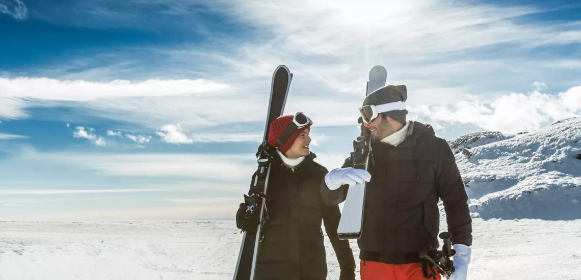 Club Med Val Thorens Sensations, France - Un couple marchent avec leurs skis en mains