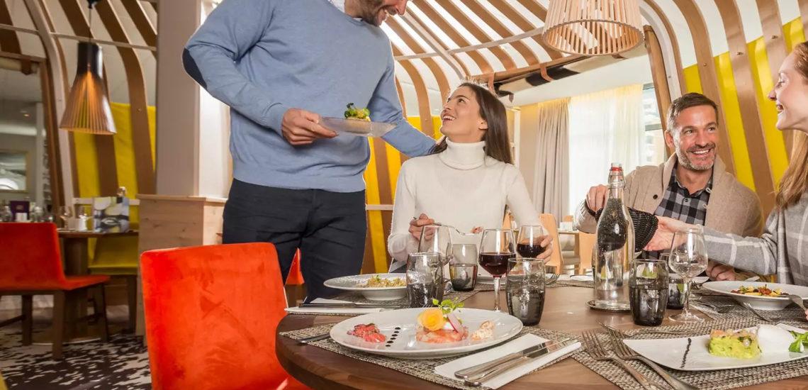 Club Med Val Thorens Sensations, France - Image de deux couples d'amis qui profitent d'un repas dans une yourte