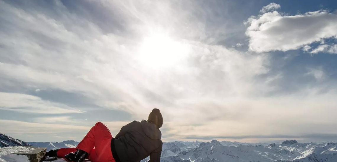 Club Med Val Thorens Sensations, France - Un homme est couché sur le flanc d'une montagne en habit d'hiver