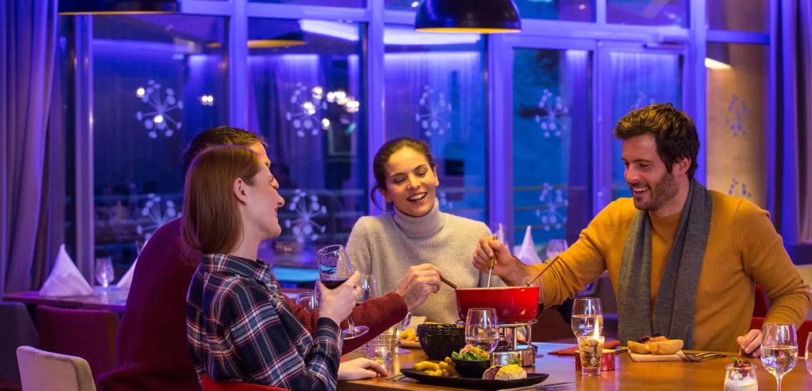 Club Med Val Thorens Sensations, France - Des amis profitent d'un bon repas le soir venu