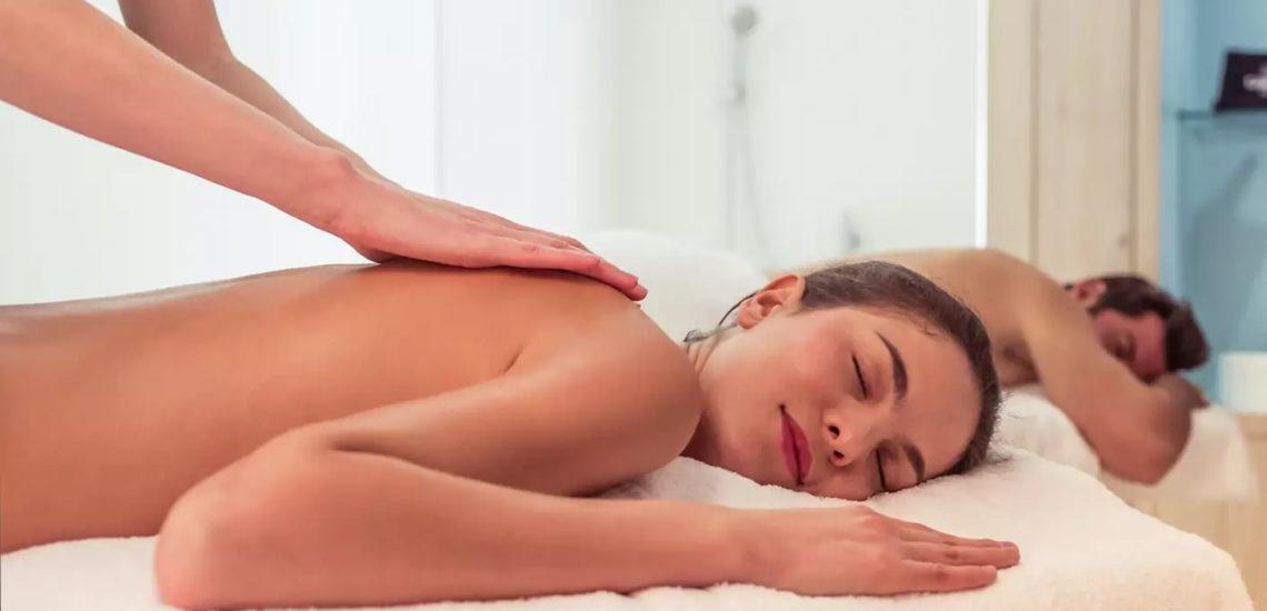Club Med Val Thorens Sensations, France - Une femme est allongée sur une table à massage et reçoit un soin