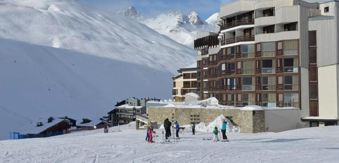Club Med Tignes Val Claret, France - Vue en biais du complexe et de la montagne subjacente