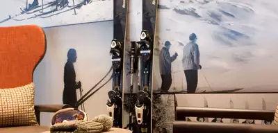 Club Med Tignes Val Claret, France - Image de l'intérieur de l'une des zones du complexe avec photos de skieurs et ski