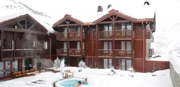 Club Med Tignes Val Claret, France - Image de l'arrière du complexe et de ses bains chauds extérieurs, du spa Payot