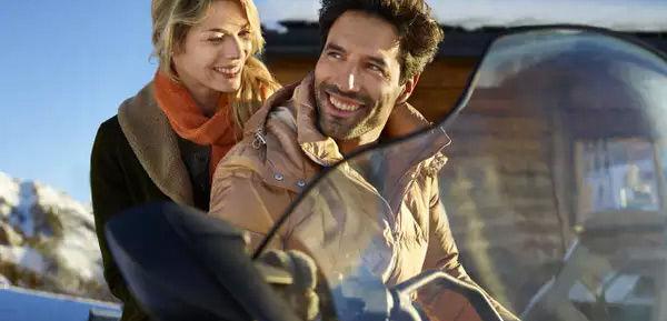Club Med Tignes Val Claret, France - Un couple est assis sur une motoneige en fin de journée