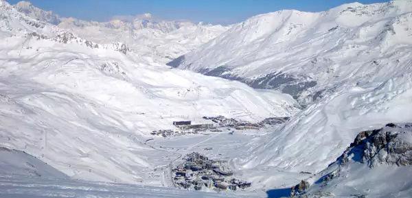 Club Med Tignes Val Claret, France - Vue aérienne de la crique entourée par les montagnes environnantes