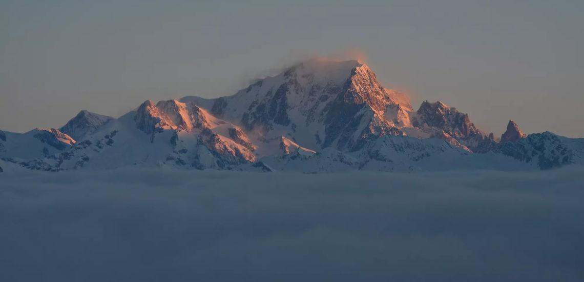 Club Med Tignes Val Claret, France - Image du sommet de la montagne au dessus des nuages